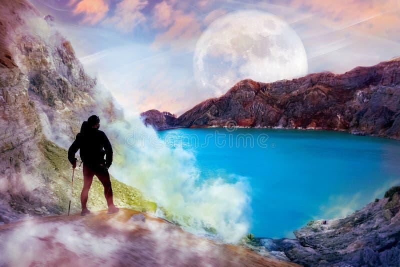 Indivíduo desportivo na perspectiva da paisagem estrangeira Montanhas, o lago e céu com lua imagens de stock