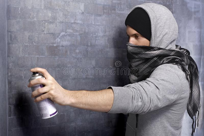 Indivíduo dos grafittis na ação fotos de stock