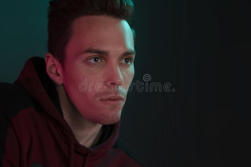 Indivíduo em um hoodie que levante no estúdio foto de stock