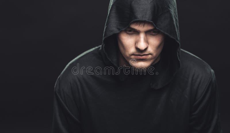 Indivíduo em uma veste preta foto de stock