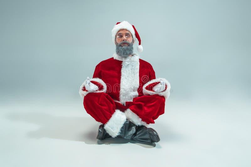 Indivíduo engraçado no chapéu do Natal Feriado do ano novo Natal, x-mas, inverno, conceito dos presentes foto de stock