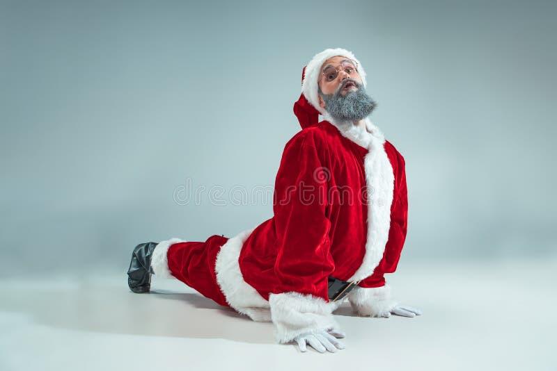 Indivíduo engraçado no chapéu do Natal Feriado do ano novo Natal, x-mas, inverno, conceito dos presentes fotografia de stock