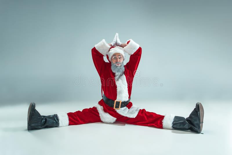 Indivíduo engraçado no chapéu do Natal Feriado do ano novo Natal, x-mas, inverno, conceito dos presentes fotos de stock