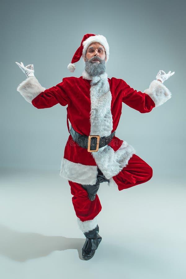 Indivíduo engraçado no chapéu do Natal Feriado do ano novo Natal, x-mas, inverno, conceito dos presentes imagens de stock