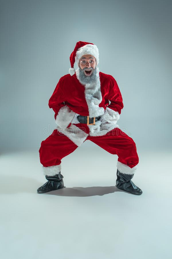 Indivíduo engraçado no chapéu do Natal Feriado do ano novo Natal, x-mas, inverno, conceito dos presentes imagem de stock