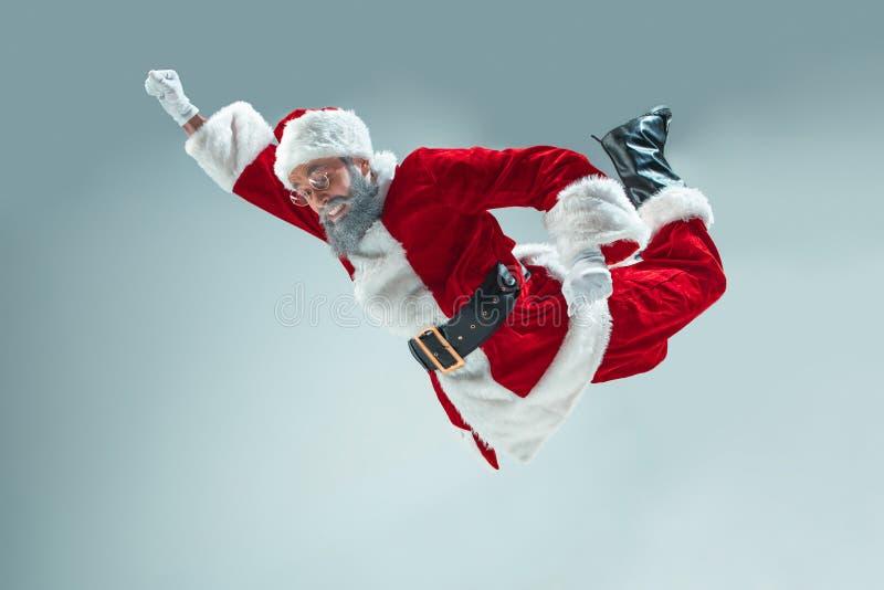 Indivíduo engraçado no chapéu do Natal Feriado do ano novo Natal, x-mas, inverno, conceito dos presentes fotografia de stock royalty free