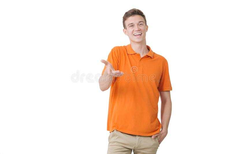 Indivíduo europeu de vista amigável que veste a posição de sorriso da camisa alaranjada sobre o fundo branco fotografia de stock