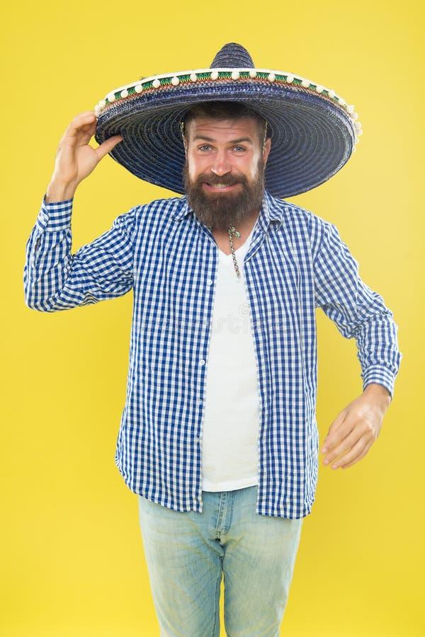 Indivíduo farpado mexicano pronto para comemorar COSTUMES E TRADIÇÕES Chapéu mexicano do sombreiro do desgaste de homem Festival  imagens de stock