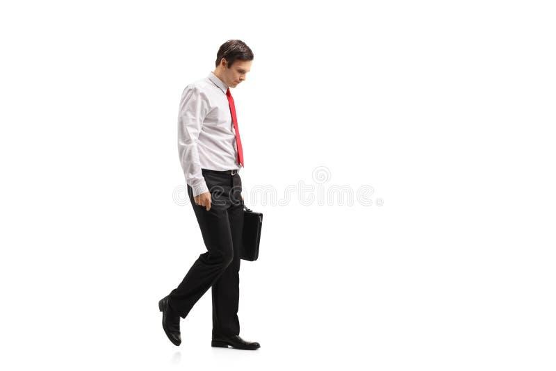 Indivíduo formalmente vestido comprimido com um passeio da mala de viagem imagem de stock