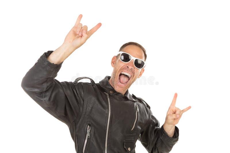 Indivíduo fresco feliz com o casaco de cabedal óculos de sol imagens de stock royalty free