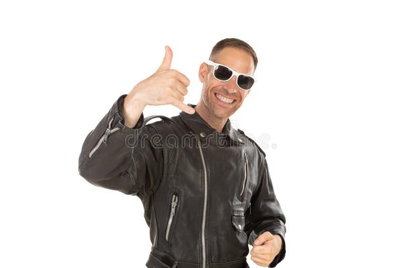 Indivíduo fresco feliz com o casaco de cabedal óculos de sol fotografia de stock