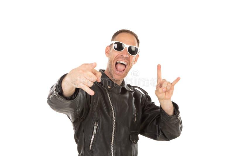 Indivíduo fresco feliz com o casaco de cabedal óculos de sol imagem de stock royalty free