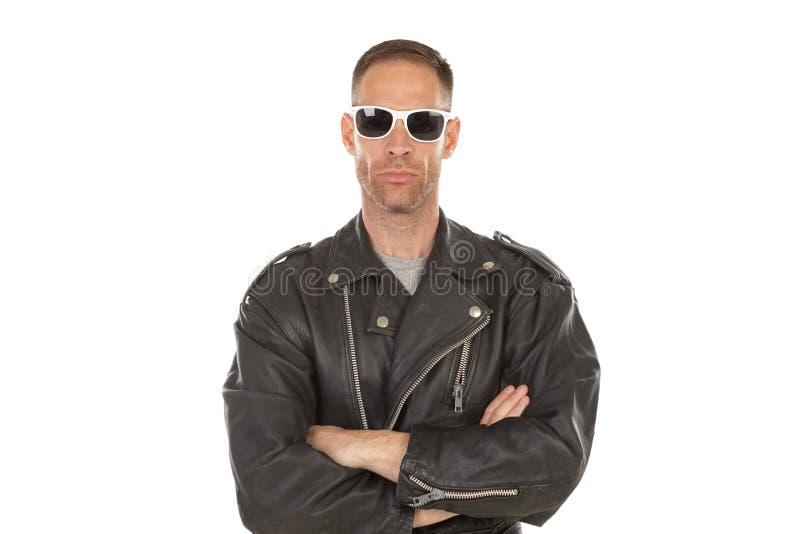 Indivíduo fresco feliz com o casaco de cabedal óculos de sol fotos de stock royalty free
