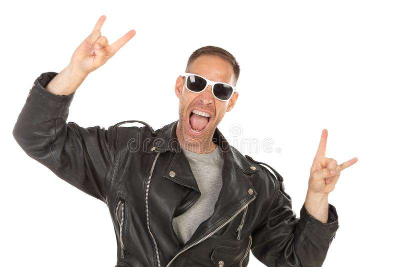 Indivíduo fresco feliz com o casaco de cabedal óculos de sol imagens de stock