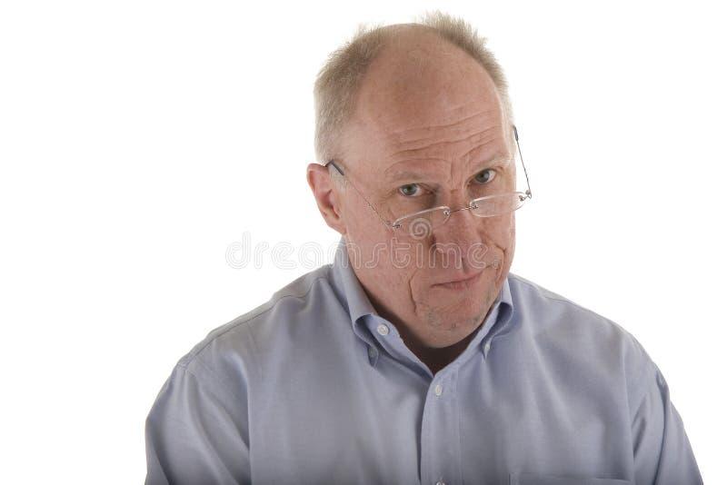 Indivíduo idoso na camisa azul que olha céptica foto de stock royalty free