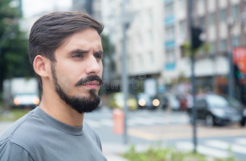 Indivíduo latino-americano sério com barba imagem de stock royalty free