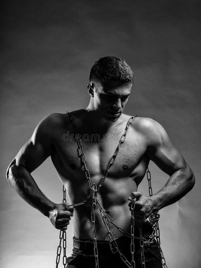 Indivíduo muscular com a corrente na caixa foto de stock royalty free