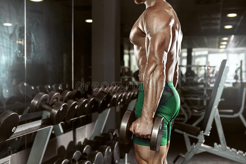 Indivíduo muscular do halterofilista que faz exercícios com peso grande fotos de stock