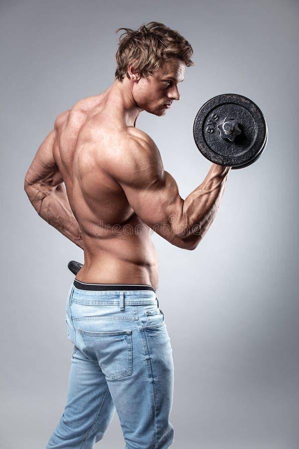 Indivíduo muscular do halterofilista que faz exercícios com pesos foto de stock royalty free
