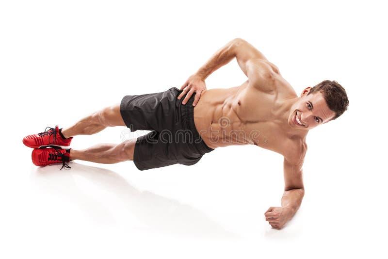 Indivíduo muscular do halterofilista que faz flexões de braço fotografia de stock royalty free