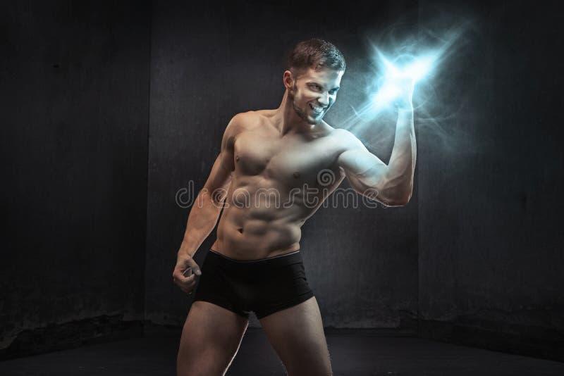 Indivíduo muscular que espreme o poder imagem de stock