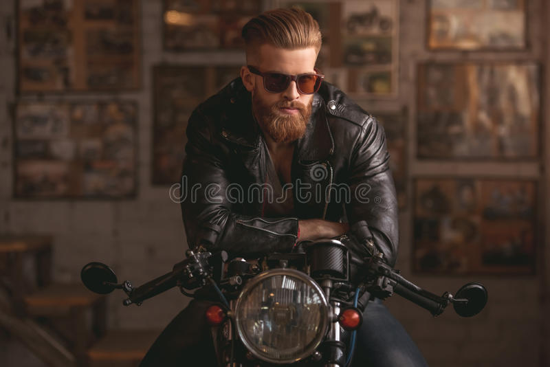 Indivíduo na oficina de reparações do velomotor fotografia de stock royalty free
