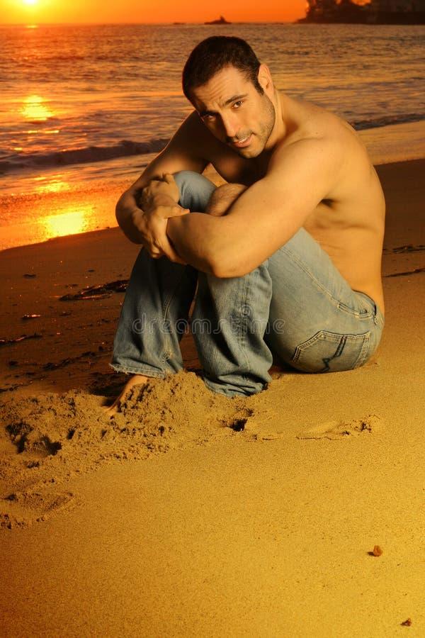 Indivíduo na praia fotos de stock