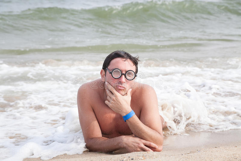 Indivíduo Nerdy na praia fotos de stock royalty free
