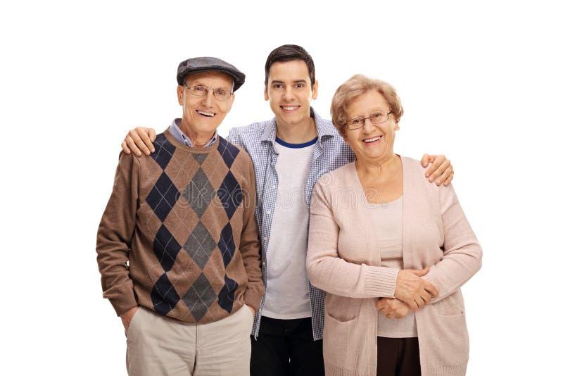 Indivíduo novo com um homem idoso e uma mulher idosa fotos de stock