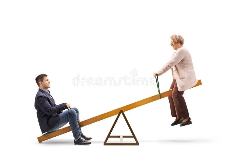 Indivíduo novo e uma mulher idosa em uma balancê fotografia de stock