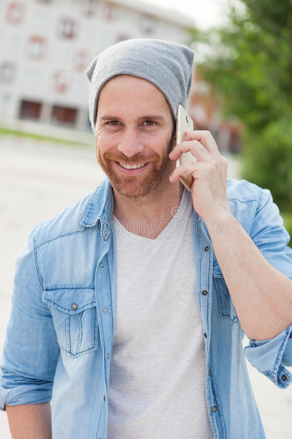 Indivíduo ocasional da forma que chama com seu móbil imagens de stock royalty free