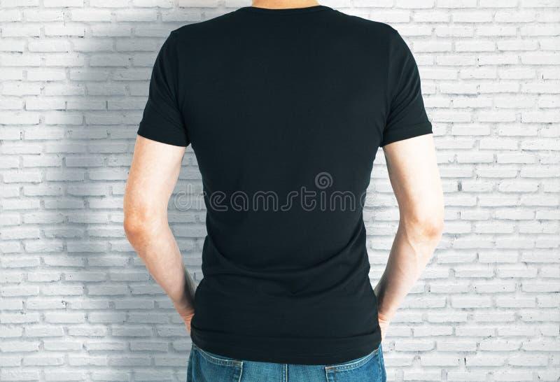 Indivíduo ocasional na parte traseira preta da camisa foto de stock royalty free