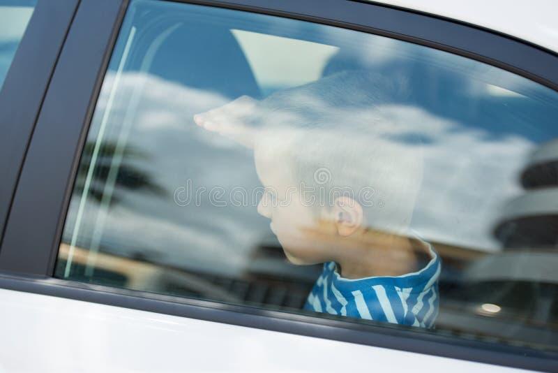 Indivíduo pequeno no carro fotografia de stock