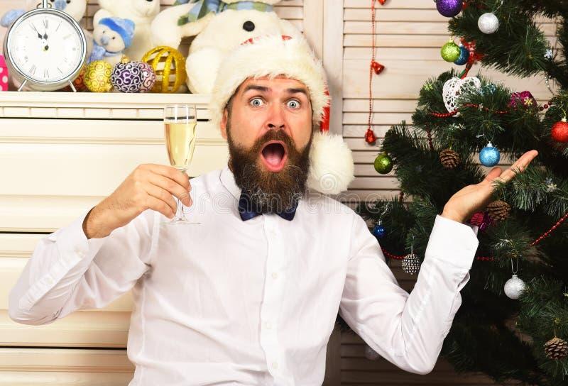 Indivíduo perto do departamento com brinquedos e árvore de Natal fotografia de stock royalty free