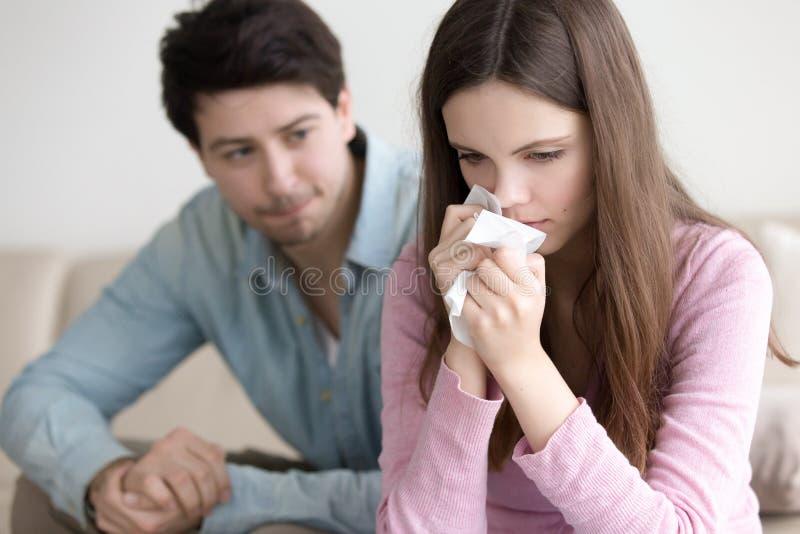 Indivíduo que consola a mulher de grito, noivo que apoia o girlfrie virado foto de stock royalty free