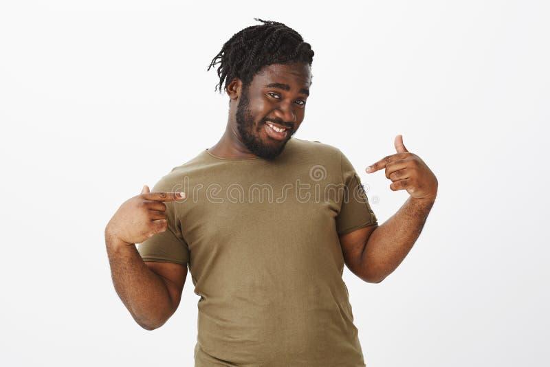 Indivíduo seguro assegurado em seus encanto e beleza Retrato do homem gordo feliz energético no t-shirt militar, sorrindo fotografia de stock royalty free