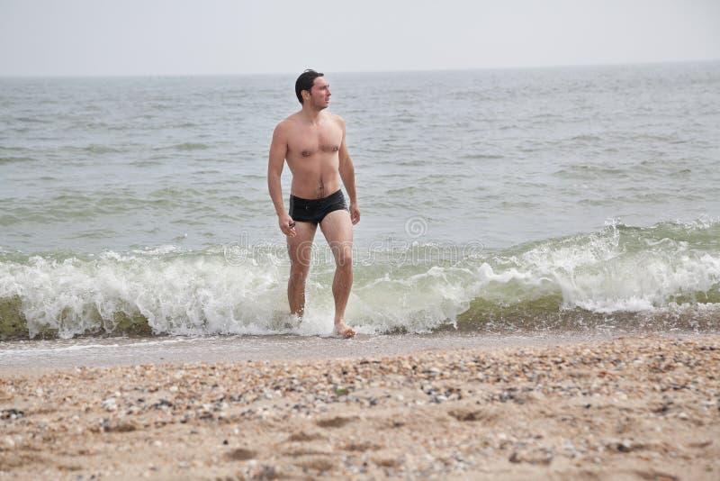 Indivíduo 'sexy' na praia fotografia de stock royalty free