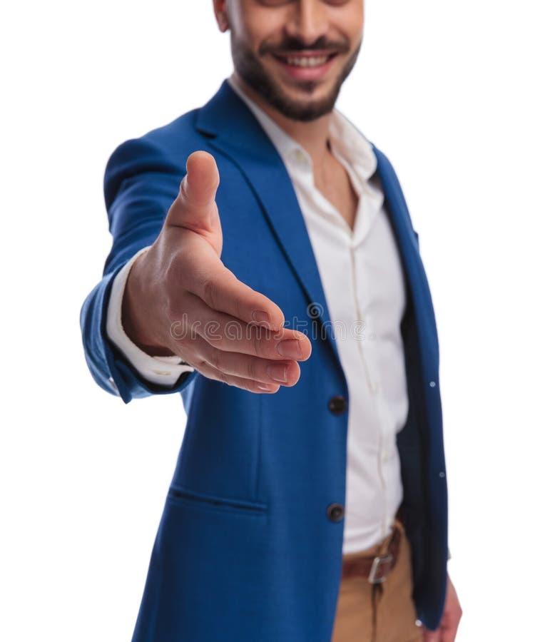Indivíduo Unshaved no terno para convidar ao aperto de mão sua mão imagens de stock