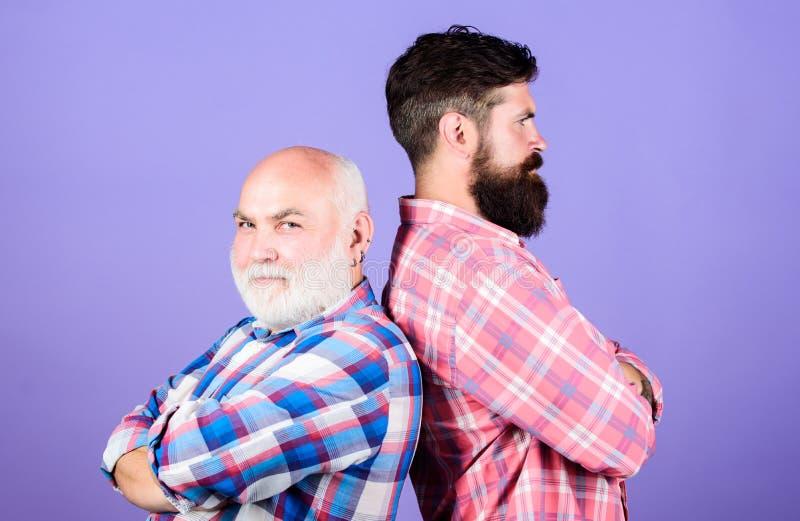 Indivíduos brutais com barba longa Amigos farpados Sal?o de beleza do cabeleireiro Conceito do barbeiro Considerável bem preparad imagem de stock