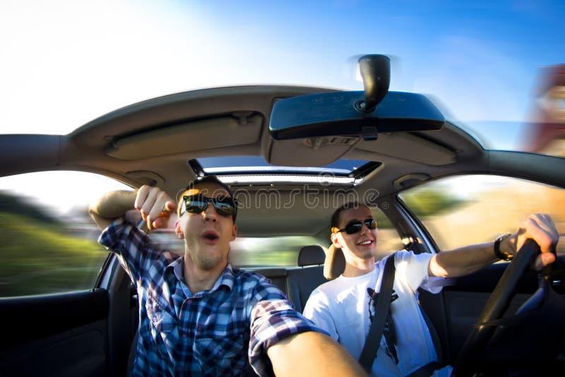Indivíduos felizes no carro fotos de stock