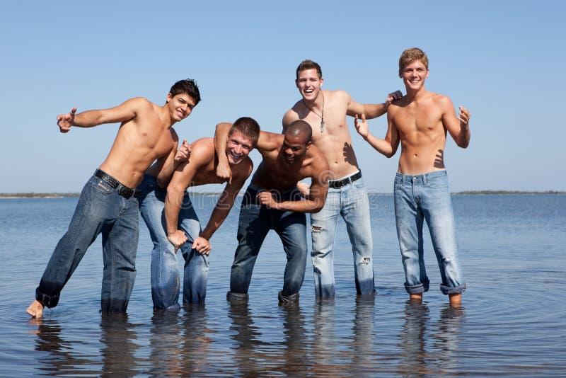 Indivíduos na praia foto de stock royalty free