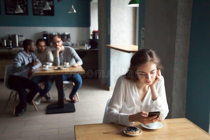 Indivíduos novos interessados com a menina que senta-se próximo no café imagens de stock royalty free
