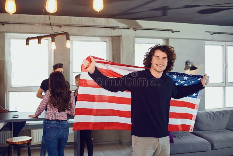 Indiv?duo com um sorriso bonito com a bandeira de Am?rica dentro foto de stock royalty free
