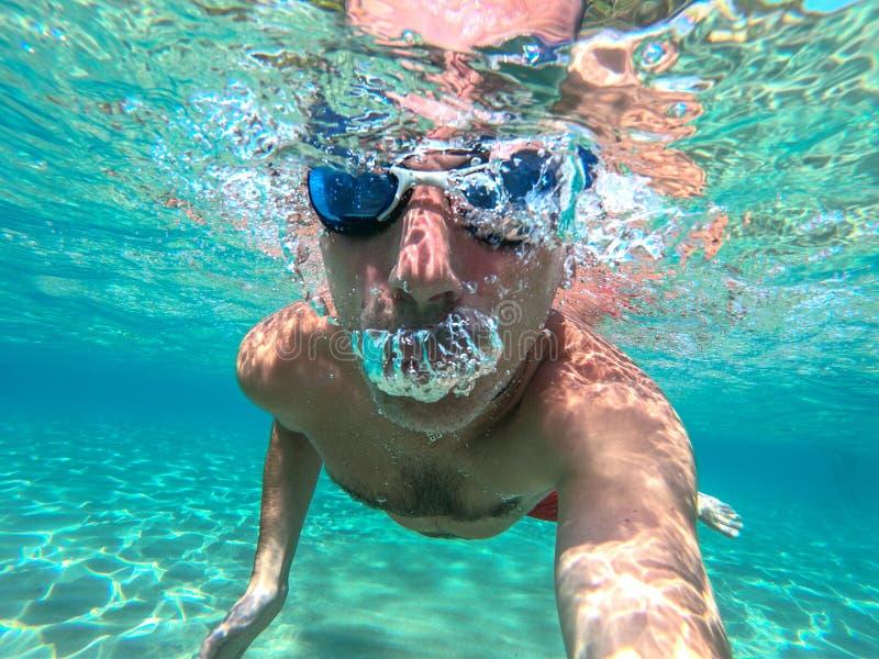 Indiv?duo do nadador que toma o selfie debaixo d'?gua imagens de stock royalty free