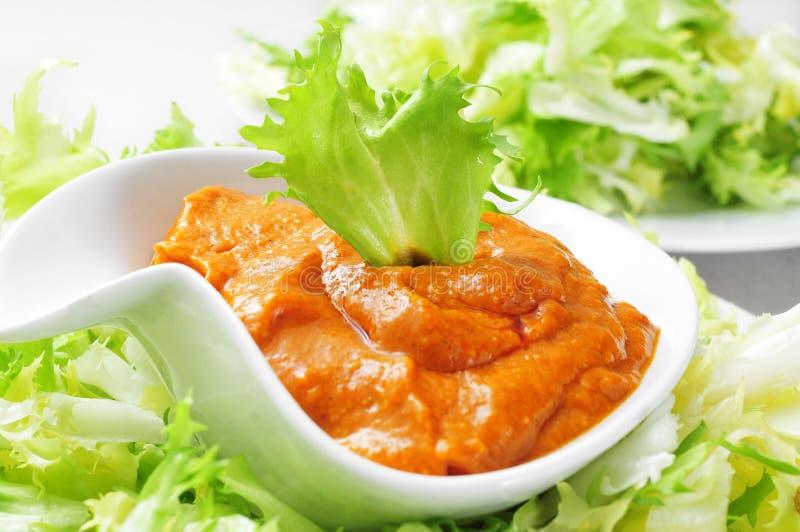 Indivia con la salsa di romesco, un'insalata tipica dell'indivia da Catalon fotografie stock