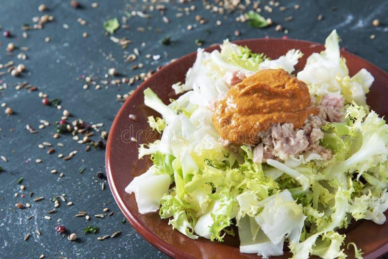 Indivia dell'indivia con la salsa di romesco, piatto catalano fotografie stock libere da diritti