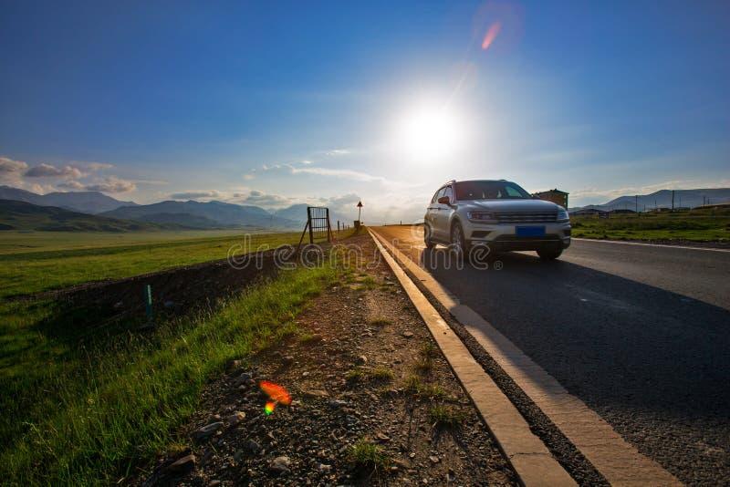 Individu conduisant le voyage au temps de coucher du soleil photos stock