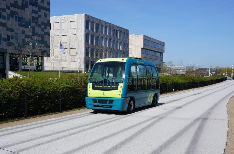 Individu de Parkshuttle conduisant l'autobus à Rotterdam, Pays-Bas photographie stock libre de droits