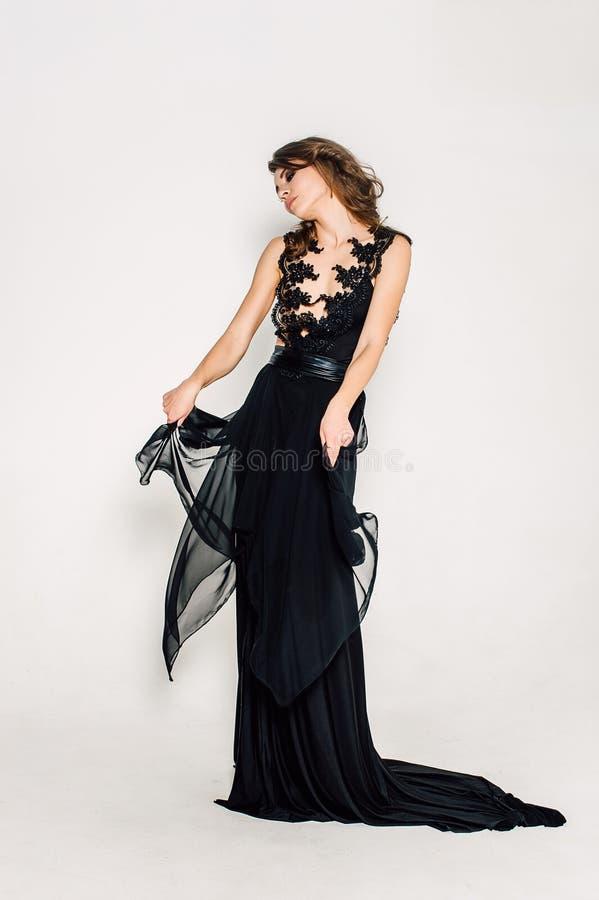 individualidad Señora elegante pensativa en vestido de noche negro del baile de fin de curso imagenes de archivo