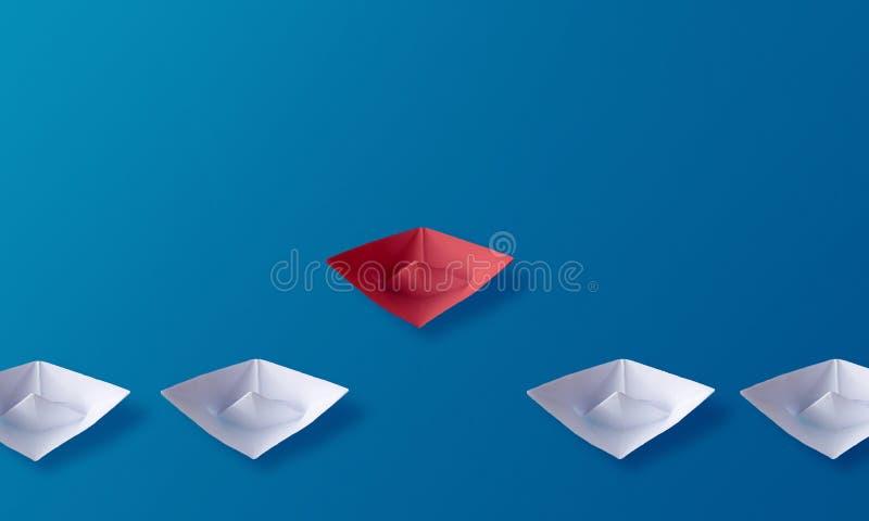 A individualidade seja conceito diferente, barco de papel do origâmi vermelho e barcos brancos ilustração stock